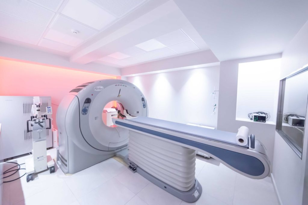 Η Απεικονιστική Χαλάτση διαθέτει τελευταίας γενιάς πολυτομικό τομογράφο 64 τομών (AQUILION 64 του οίκου TOSHIBA MEDICAL), ο οποίος μειώνει τον χρόνο εξέτασης και την ακτινοβολία κατά 80%, εξασφαλίζοντας απεικόνιση υψηλής ανάλυσης και μεγάλη διαγνωστική ακρίβεια.